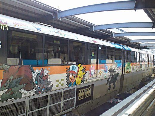 Questo è un treno della monorotaia di Tokyo raffigurante vari Pokémon di quinta generazione.