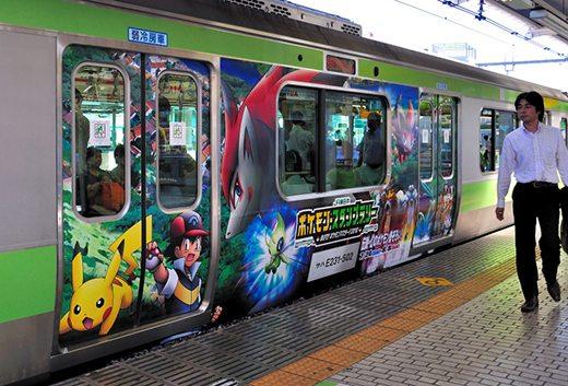 Questo vagone della metropolitana di Tokyo pubblicizza il tredicesimo film Pokémon.