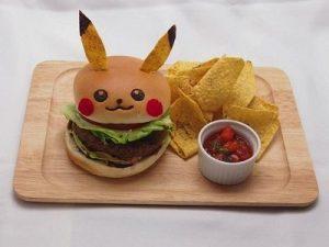 Hamburger Pikachu e tortilla chips, al prezzo di 1,080 yen (circa 8 euro).