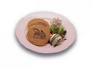 Pancake raffiguranti Pikachu con frutta e gelato alla vaniglia, al prezzo di 980 yen (circa 7 euro).
