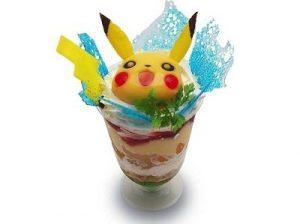 Parfait Pikachu alla frutta con pezzi di mango, al prezzo di 880 yen (circa 8 euro).