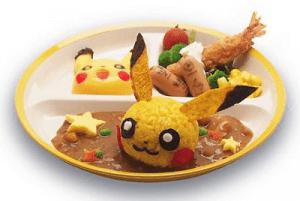 Risotto Pikachu su curry giapponese, gamberi, salsicciotti e verdure, al prezzo di 980 yen (circa 7 euro).