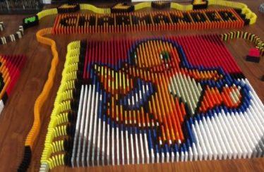 Un fan utilizza più di 14.000 tessere del domino per ricreare Charmander, Squirtle e Bulbasaur!