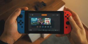 Nintendo Switch in mano