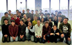 L'intero staff di HAL Laboratory, comprendente 32 persone.