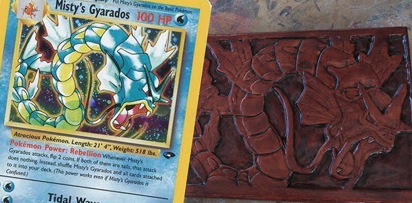 Un artista trasforma carte dei Pokémon in incisioni su legno
