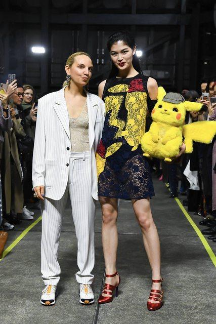 Foto di Christelle Kocher insieme a modella di Detective Pikachu