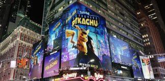 Tabellone Detective Pikachu a Times Square di notte