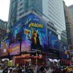 Tabellone Detective Pikachu a Times Square di giorno