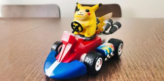 Pikachu che guida un kart