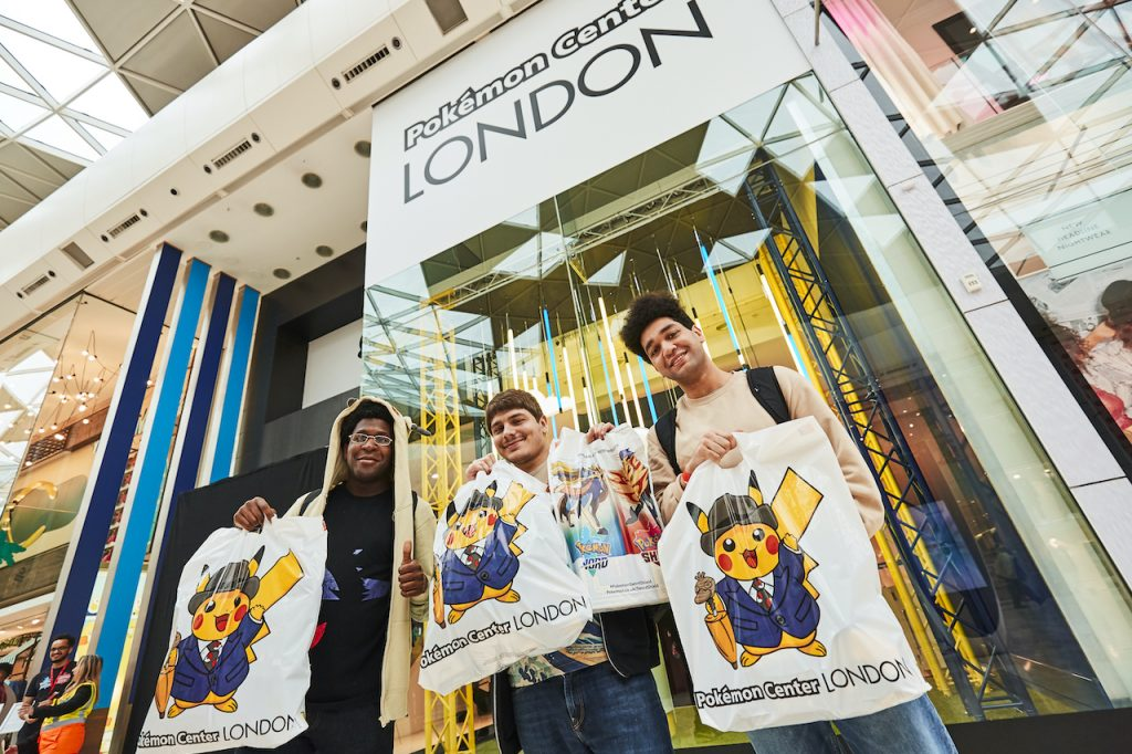 Visitatori del Pokémon Center londinese