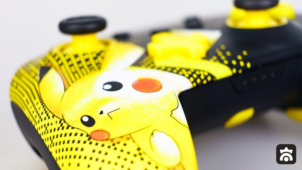 Primissimo piano di Pikachu sul controller di PowerA